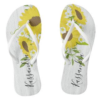 Rustikale hölzerne Sonnenblume-Blumen drehen Flip Flops
