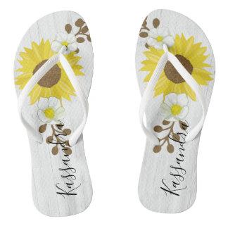Rustikale hölzerne Sonnenblume-Rebe-Blumen drehen Flip Flops