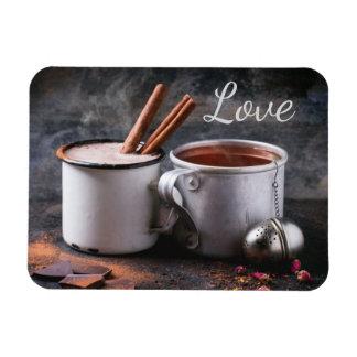 Rustikale Tasse Tee und heiße Schokolade in der Magnet