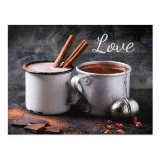 Rustikale Tasse Tee und heiße Schokoladen-Paare in Postkarte