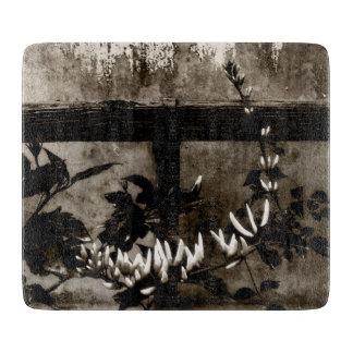 Rustikaler Garten mit Blumen im Sepia Schneidebrett