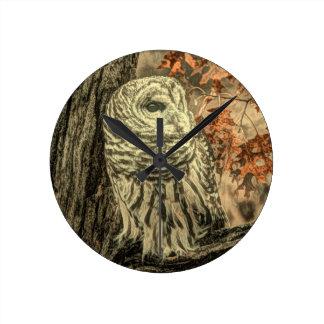 rustikaler Herbst verlässt Eichenbaum-Weißeule Runde Wanduhr