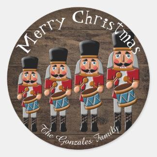 Rustikaler hölzerner Land-Weihnachtsnussknacker Runder Aufkleber
