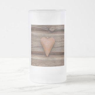 Rustikales altes Herz auf Blockhaus-Holz Mattglas Bierglas