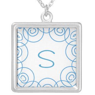 """""""S-"""" Initiale in der blauen Rolle auf Weiß, Spaß-E Amulett"""