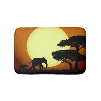 Safarielefanten am Sonnenuntergang Badematte