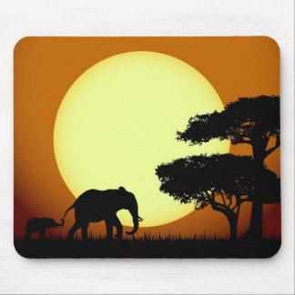 Safarielefanten am Sonnenuntergang Mousepad