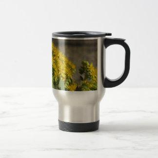 Saftige Pflanze mit gelben Blumen Reisebecher
