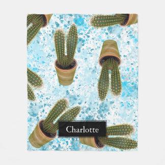 Saftiger Kaktus in den Töpfen und in blauem Fleecedecke