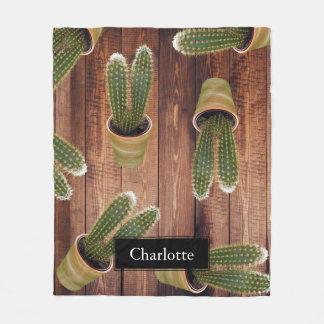 Saftiger Kaktus in den Töpfen und in den dunklen Fleecedecke
