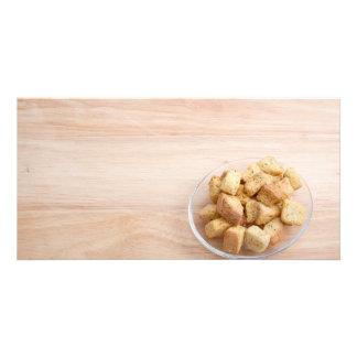 Salat-Croutons auf einer Platte Foto Karten