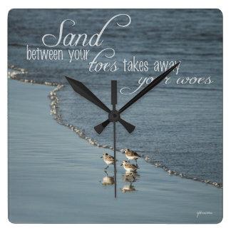 Sand zwischen Ihrer Zehe-Strand-Zitat-Uhr/ Quadratische Wanduhr