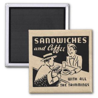 Sandwiche und Kaffee am Restaurant Quadratischer Magnet