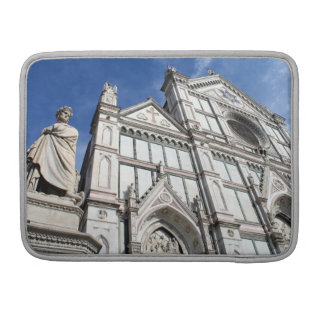 Santa- Crocebasilika mit der Dante Statue draußen MacBook Pro Sleeve