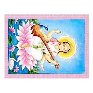 Saraswati, das auf rosa Lotus sitzt Postkarte