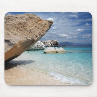Sardinien-Strand mit großem Felsen mousepad