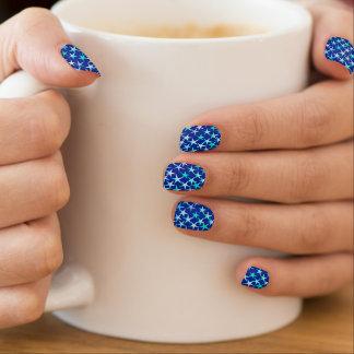 Satinsterne, hellblau auf Kobalt Minx Nagelkunst