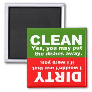 Säubern Sie schmutzigen Spülmaschinenmagneten Kühlschrankmagnet