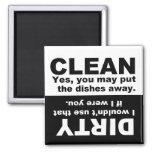 Säubern Sie schmutzigen Spülmaschinenmagneten Magnets
