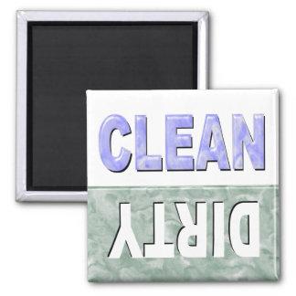 Säubern Sie schmutzigen Spülmaschinenmagneten Quadratischer Magnet