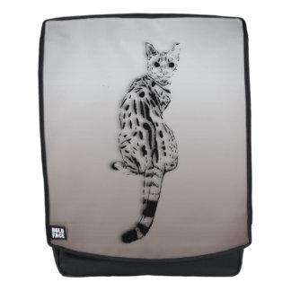 Savanne-Katze gefangen durch Überraschung Rucksack