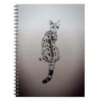 Savanne-Katze gefangen durch Überraschung Spiral Notizblock