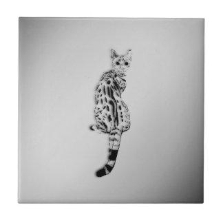 Savanne-Katze gefangen durch Überraschungs-Silber Keramikfliese