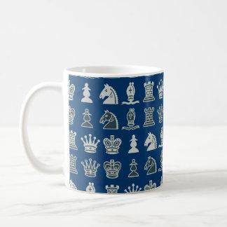 Schach-Stücke in der Reihen-Blau-Tasse