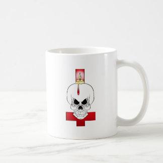 Schädel an der Kerze und das umgeworfene Kreuz Kaffeetasse