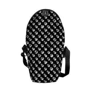 Schädel auf schwarzem Hintergrund Kurier Tasche