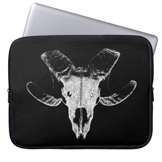 Schädel vom Schaf auf schwarzer Laptop Tasche. Laptopschutzhülle