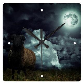 Schafe in der dunklen Wanduhr