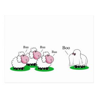 Schafe kleideten oben als Halloween-Geist gehender Postkarte
