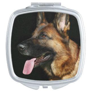 Schäferhund auf schwarzem Hintergrund Taschenspiegel