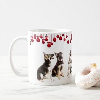 Schäferhund-Welpen und rote Verzierungen Kaffeetasse
