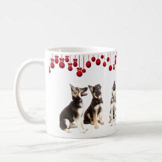 Schäferhundwelpen und rote Verzierungen Kaffeetasse