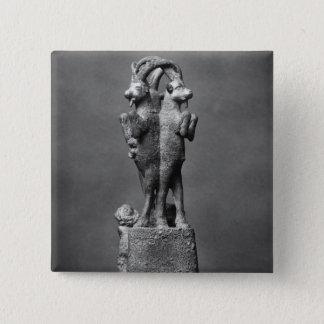 Schalenstand gebildet von drei Steinböcken Quadratischer Button 5,1 Cm