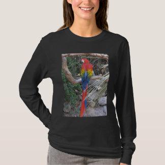 Scharlachrot Macaw-- von der Rückseite T-Shirt