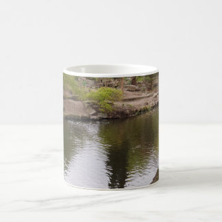 Schatten auf Fluss-weißer Kaffee-Tasse Kaffeetasse