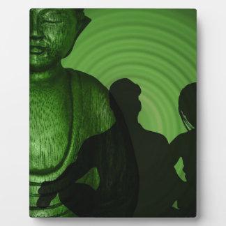 Schatten der Menschen vor Buddha im grünen Fotoplatte