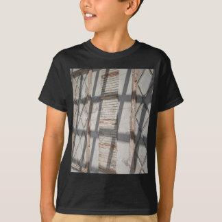 Schatten gegen eine Wand T-Shirt