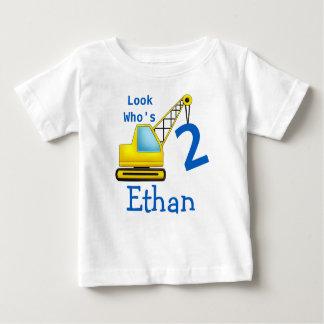 Schauen Sie, wer 1 zweites Bau-Auto des Baby T-shirt