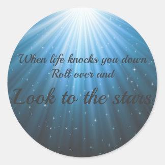 Schauen Sie zu den Sternen Runder Aufkleber