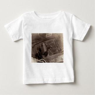 Schauen unten auf Dreiheits-Kirche und Friedhof Baby T-shirt