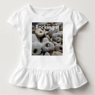 Schaukeln es. Steine mit Lochsommerspaß Kleinkind T-shirt
