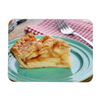 Scheibe des frischen gebackenen Apfelkuchens auf P Flexible Magnete