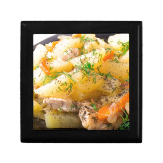 Scheiben der gedämpften Kartoffeln, Huhn, Karotte Geschenkbox