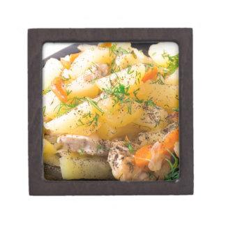 Scheiben der gedämpften Kartoffeln, Huhn, Karotte Kiste