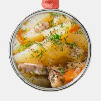 Scheiben der gedämpften Kartoffeln, Huhn, Karotte Rundes Silberfarbenes Ornament