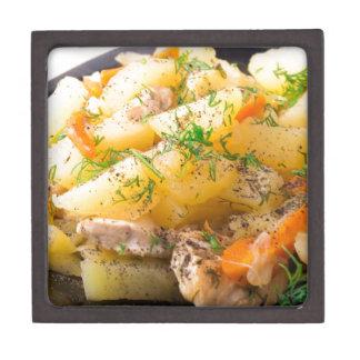 Scheiben der gedämpften Kartoffeln, Huhn, Karotte Schmuckkiste